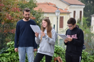Due studenti leggono nella piazza degli ippocastani