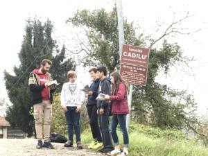 Cadilù: gli studenti leggono, affiancati da P. Ribaldi